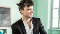 """Ultimo, pseudonimo di Niccolò Moriconi, è un cantautore italiano. E' stato il vincitore di Festival di Sanremo 2018 nella categoria """"Nuove proposte"""" con il brano Il ballo delle incertezze. E' […]"""